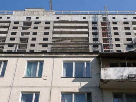 Старый дом на фоне новостройки. Фото: Митя Алешковский/BFM.ru