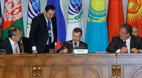 Дмитрий Медведев во время подписания совместных документов по итогам заседания Совета глав государств-членов Шанхайской организации сотрудничества. Фото: РИА НОВОСТИ
