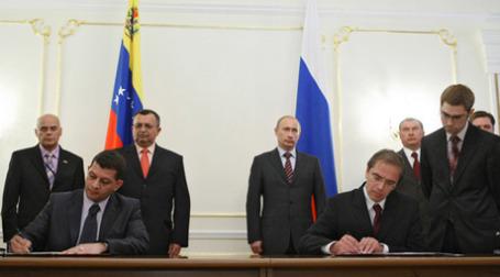 Премьер-министр РФ Владимир Путин (в центре справа) и вице-президент Венесуэлы Рамон Каррисалес (в центре слева) во время подписания Соглашения по итогам встречи в Ново-Огарево. Фото: РИА Новости