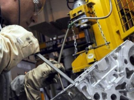 Рабочий завода по производству автокомпонентов. Фото: AFP
