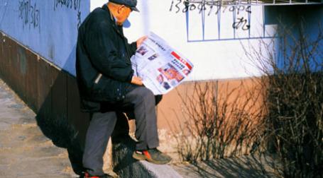 Мужчина читает газету. Фото: Sonya >>/flickr.com