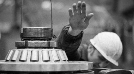 Работник подшипникового завода. Фото: РИА Новости