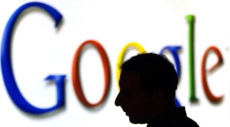 Силуэт человека у надписи Google. Фото: alain bachellier/flickr.com