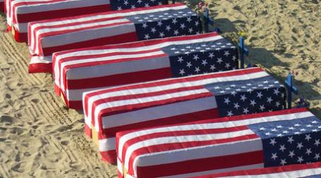 Гробы, накрытые американскими флагами. Фото: eleventh earl of mar/flickr.com