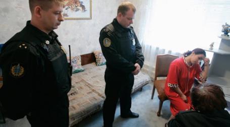 Судебные приставы во время рейда по кредитным задолженностям. Фото: РИА Новости