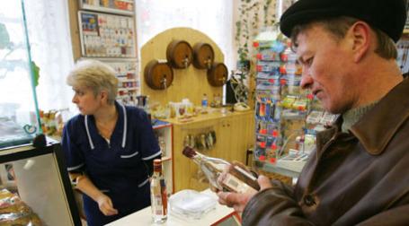 Мужчина покупает водку в магазине. Фото: ИТАР-ТАСС
