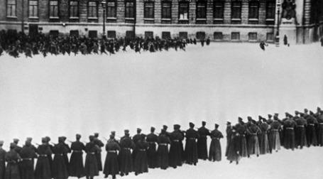 Расстрел царскими войсками мирной демонстрации петербургских рабочих у Зимнего дворца 9 (22) января 1905 года. Фото: РИА Новости