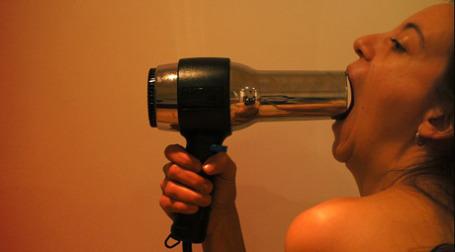 Девушка и фен. Фото: emanuela/flickr.com