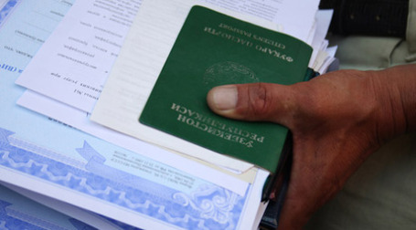 Документы мигрантов, ожидающих получения разрешения на работу. Фото: РИА Новости