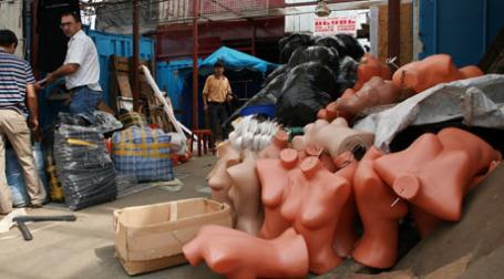 Торговцы с Черкизовского рынка забирают свои товары. Фото: ИТАР-ТАСС