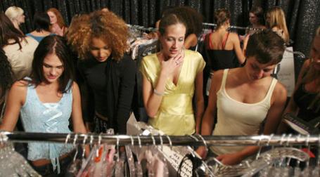 Золотая молодежь закупается одеждой. Фото: ИТАР-ТАСС