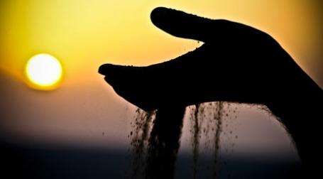 Сухая земля сыплется с ладони. Фото: hamed parham/flickr.com