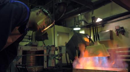 Выплавка золотых слитков в цеху аффинажного завода. Фото: РИА Новости