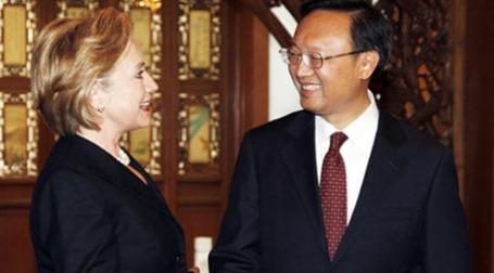 Госсекретарю Хилари Клинтон и министру иностранных дел КНР Ян Цзечи есть о чем поругаться. Фото: AFP
