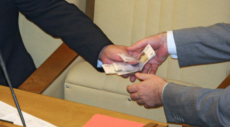 Передача денег. Фото: РИА Новости
