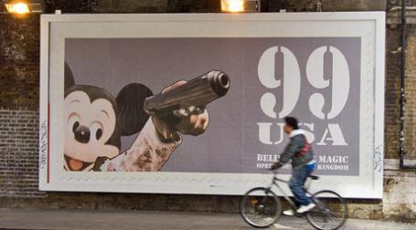 Постер с Мики-Маусом с оружием. Фото: chris beckett/flickr.com