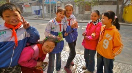 Радостные школьники. Фото: yewenyi/flickr.com