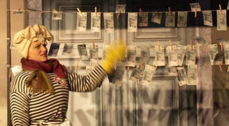 Девушка стоит перед развешенными рублями. Фото: BFM.ru