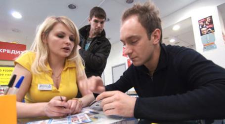 Оформление кредита на мобильный телефон. Фото: РИА Новости