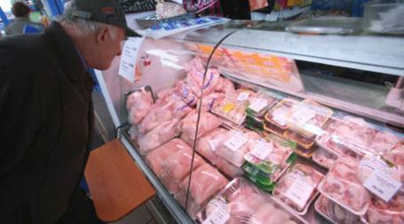 Покупатель приценивается к мясу птицы. Фото: РИА Новости