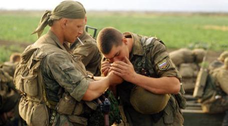 Солдаты курят. Фото: РИА Новости