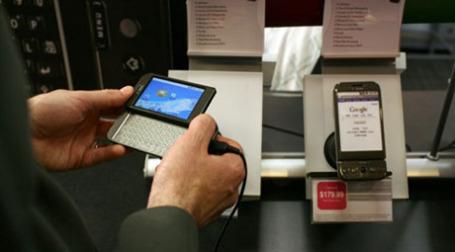 Продажи телефонов снижаются, смартфонов — растут. Фото: AFP