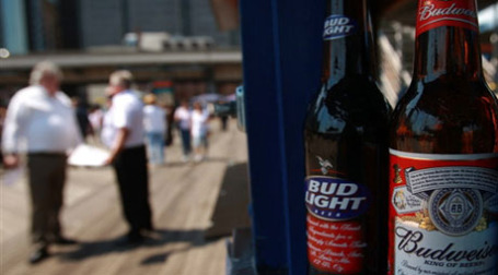 Продажи марок Anheuser-Busch InBev упали. Фото: AFP