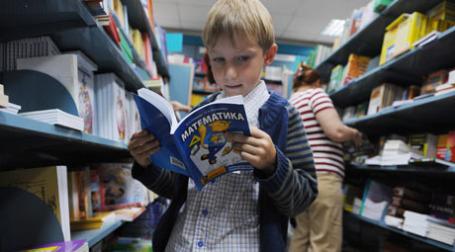 Книжные магазины ожидают роста спроса на учебники. Фото: РИА Новости
