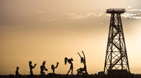 Фигурки, поклоняющиеся нефтяной вышке. Фото: jason skinner/flickr.com