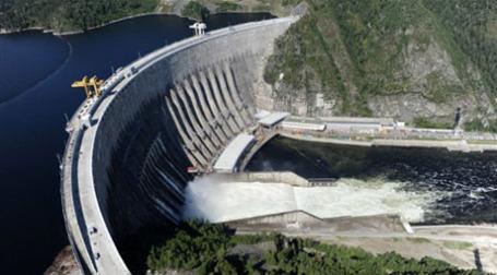 Вид сверху на Саяно-Шушенскую ГЭС после аварии. Фото: AFP