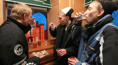 Молодежь пьет. Фото: BFM.ru