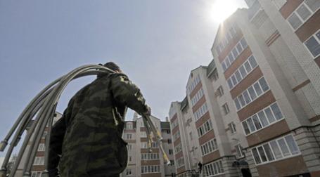 Рабочий у новостройки. Фото: РИА Новости