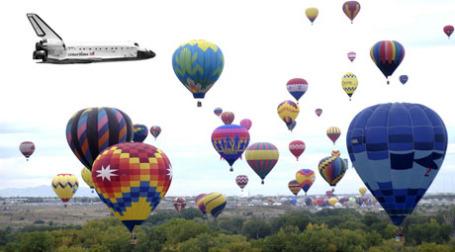 Шаттл Дискавери летит мимо воздушных шаров. Фото: loomingy1/flickr.com