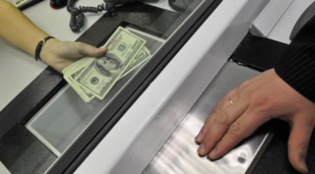 В пункте обмена валюты. Фото: РИА Новости