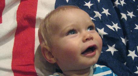 Ребенок на фоне американского флага. Фото: digitalkatie/flickr.com