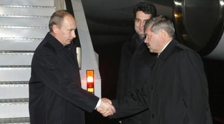 Владимир Путин пожимает руку губернатору Ямало-Ненецкого автономного округа Юрию Неелову. Фото: РИА Новости
