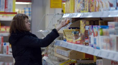 Покупатель в магазине. Фото: Митя Алешковский/BFM.ru