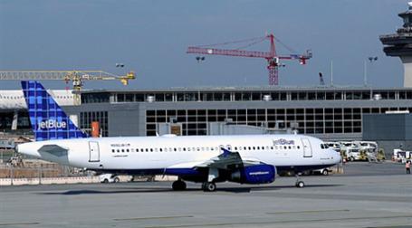 Самолетами JetBlue Airways можно было целый месяц летать сколько угодно всего за 599 долларов. Фото: AFP