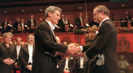 Церемония вручения Нобелевской премии Роберту Лукасу (слева) в 1995 году. Половину суммы получила бывшая жена лауреата.Фото: AFP