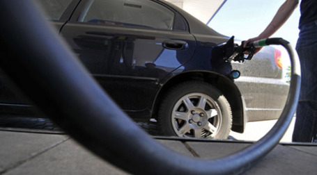 Заправка автомобиля. Фото: РИА Новости