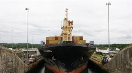 Грузовое судно в Панамском порту Colon. Фото: AFP