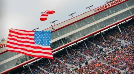 Американский флаг летит вверх. Фото: Bristol Motor Speedway & Dragway/flickr.com