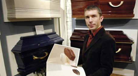 Wal-Mart  займется продаже гробов. Фото: AFP