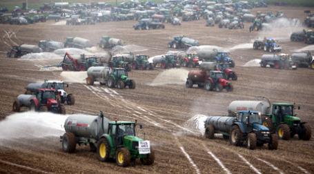Европейские фермеры в знак протеста против снижения закупочных цен вылили молоко на поля. Фото: ИТАР-ТАСС