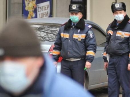 Дорожный патруль во Львове работает в масках. Фото: AFP