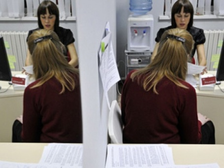 При поиске работы люди вынуждены предлагать взятки кадровикам. Фото: РИА Новости