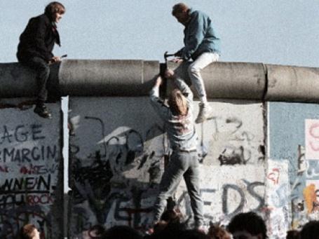 Так ломали Берлинскую стену 20 лет назад. Фото: РИА Новости