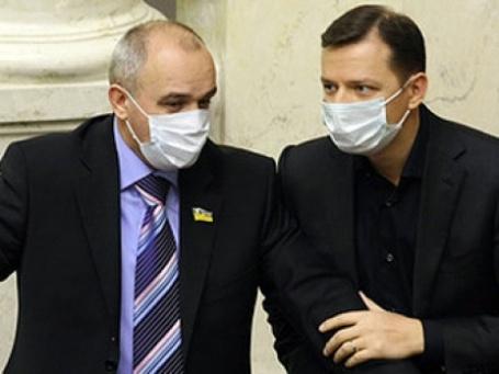 Московские чиновники, работающие с населением, обязаны носить защитные антивирусные маски. Фото: РИА Новости