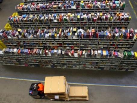 Два розничных гиганта разворачивают в онлайн-сегменте ценовую войну, которая распространяется в таких товарных категориях, как книги, кинофильмы, игрушки и электроника. Фото: AFP