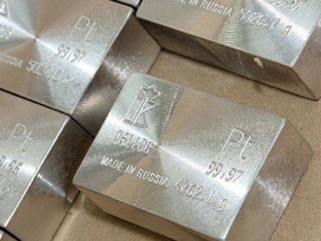 Несмотря на то, что внимание всех инвесторов приковано к котировкам золота, Forbes считает, что неплохие возможности для вложений есть и у серебра, меди и платины. Фото: РИА Новости